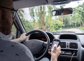 En 2018, la Secretaría de Movilidad impartió 5.412 comparendos a quienes usaban dispositivos móviles al conducir. Chatear al conducir.