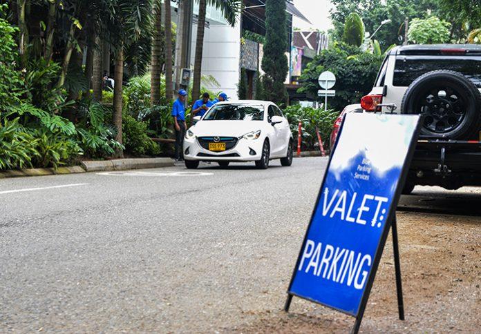 Valet parking en El Poblado En Vivir en El Poblado denunciamos el vacío que hay para sancionar a elpresas de valet parking que se aprovechan del espacio público.