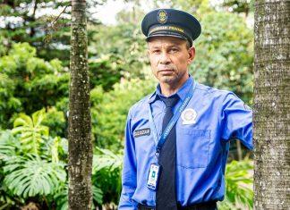 Arbey Salazar es vigilante hace 13 años en Fuente Labrada, en el barrio El Tesoro. Lleva 26 años en su labor, a la que se dedicó luego de prestar el servicio militar.