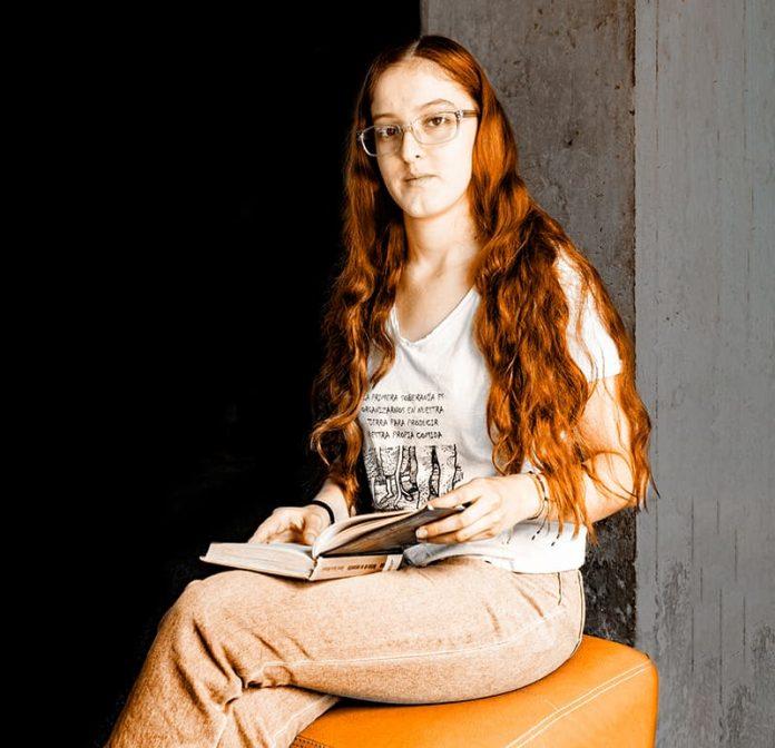Estefanía Gómez recoge libros