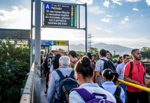 estación Poblado del metro en la hora pico