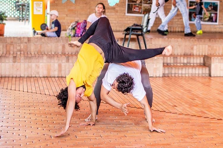 Existen dos movimientos de capoeira