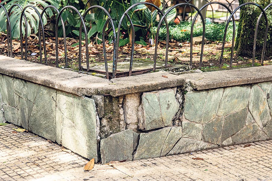 Algunos andenes y jardineras del parque presentan deterioro.