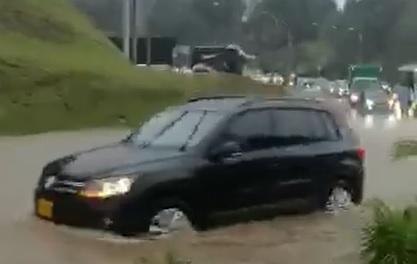 Inundación en Las Palmas a la altura del mall Indiana - Vivir en el poblado