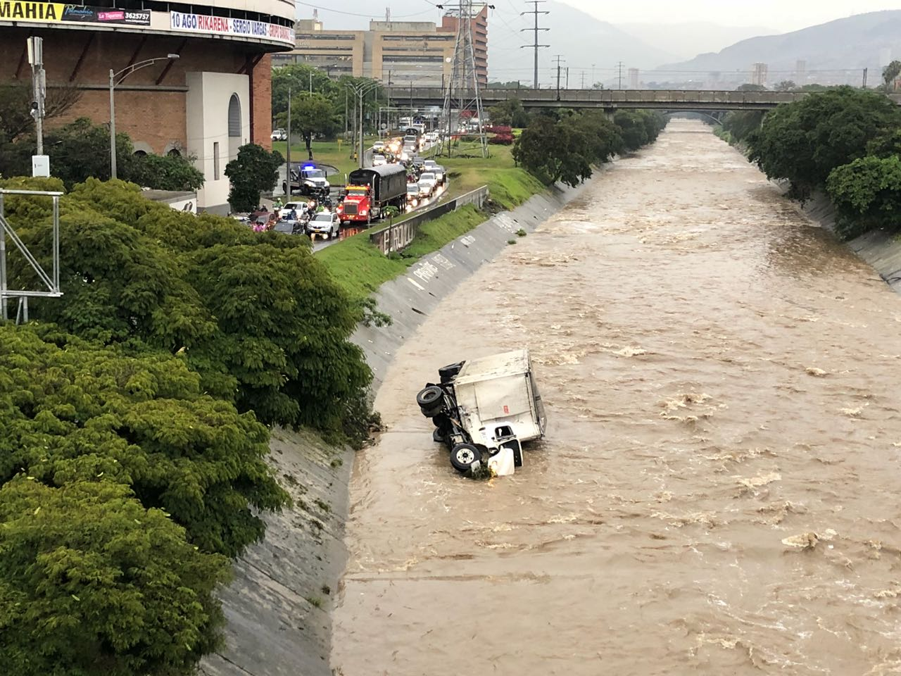 Tractocamión cayó al Río Medellín