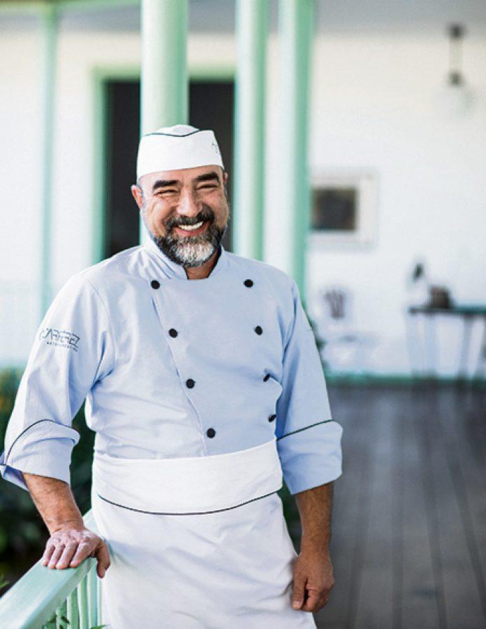 El cocinero Óscar Pérez lanza su primer libro de cocina. Una excusa para revisar otros textos especializados para regalar en estos días.