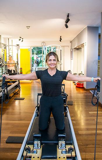 Adriana efectuando una abducción de cadera en el CoreAlign.