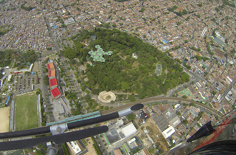 Volar en helicóptero a 300 metros de altura en Medellín