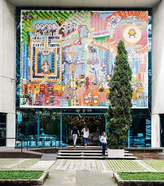 Diego Ramírez Telas Decorativas celebró sus 25 años con este telón pintado por el colectivo artístico Deúniti. Estará allí colgado hasta finales de año.