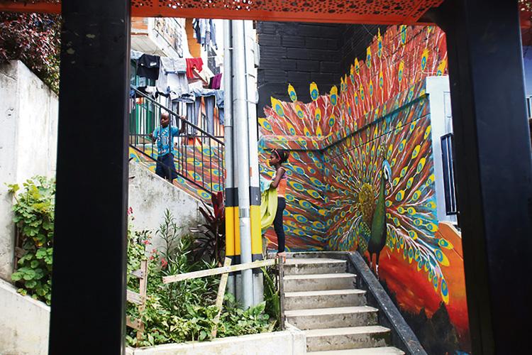 La Comuna 13 ha encontrado en el grafiti una de las maneras de alzarse contra la violencia. Desde hace un par de años allí se realiza un graffitour todos los días.
