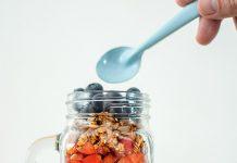 La granola es un alimento rico en fibra y proteínas, facilita la digestión