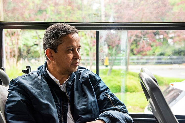 Luis Guillermo por decisión propia viaja en bus entre su trabajo, en el Centro, y El Poblado todos los días.