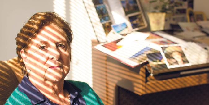 María Cecilia señala el Callejón del beso, en Guanajuato
