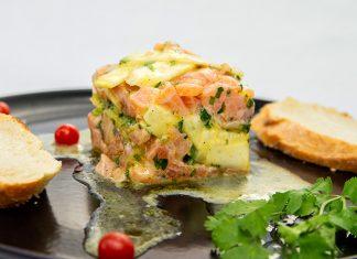 Tartare de salmón con alcachofas una entrada deliciosa y muy fácil de hacer.
