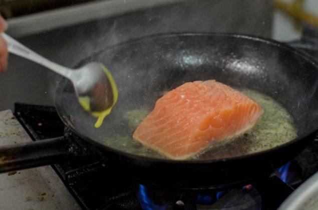 Salmón con piel crocante en salsa pesto, con vegetales salteados