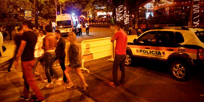 """El microtráfico y la prostitución se apoderaron de la llamada """"zona rosa"""" en Medellín. La ciudadanía se preocupa mientras autoridades prometen intervención a largo plazo."""