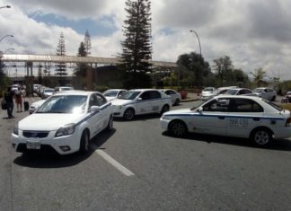 Taxistas bloquean ingreso al aeropuerto Jose María Córdova