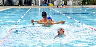 Clases de natación en el Centro Deportivo Brazadas en San Lucas.